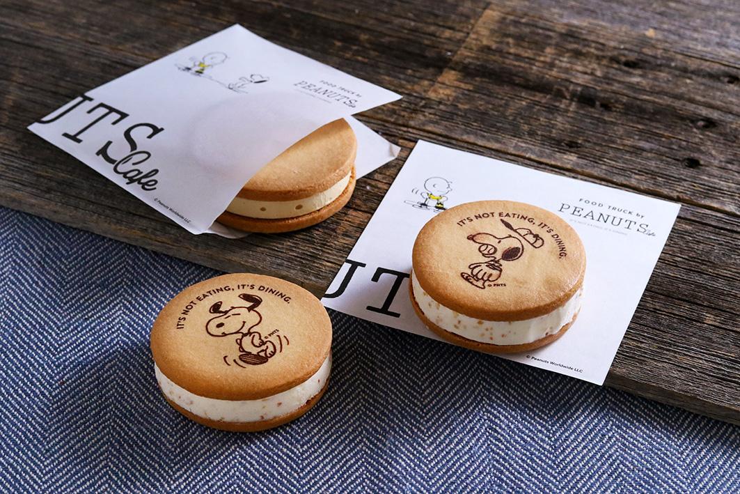 • アイスサンドクッキー                           ¥630(税込) スヌーピーの大好きなアイスクリームを、プリントクッキーでサンドしたアイスサンドクッキー。 濃厚なピーナッツバニラアイスを、ふっくらクッキーにはさみました。 クッキーにはスヌーピーのアートと「ただ食べてるんじゃない、食事をしているんだ」のセリフをプリント! *なくなり次第終了となります。