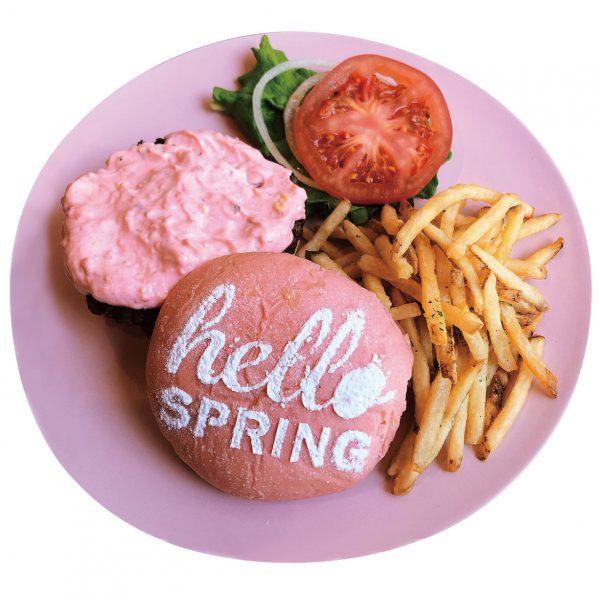 17年連続ハワイNo.1に輝く「テディーズビガーバーガー」より、春を感じる限定メニュー「ピンクスイーツバーガー&タルタルピンクバーガー」を発売開始いたしました。 たっぷりの生クリームといちごを乗せたスイーツバーガーは、チョコレートクリームとサクサクに揚げたバナナをトッピング。 桜色のクリーミィなタルタルソースをたっぷりと添えたタルタルバーガーは、テディーズ自慢のジューシーなビーフとフレッシュ野菜を挟みました。 可愛いピンクのバンズには、シュガーで書かれたメッセージが添えられ、ハッピーな気分を盛り立てます。 期間限定でお届けする、春を感じるテディーズのピンクバーガーをどうぞご賞味ください!
