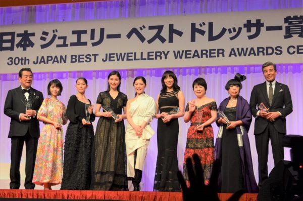 過去1年間を通じて「最も輝いていた人」「最もジュエリーが似合う人」そして、「今後もさらにジュエリーを身に付けて欲しい人」を世代別、男性部門のそれぞれに分けて、「日本ジュエリーベストドレッサー賞」として選考し、表彰いたします。