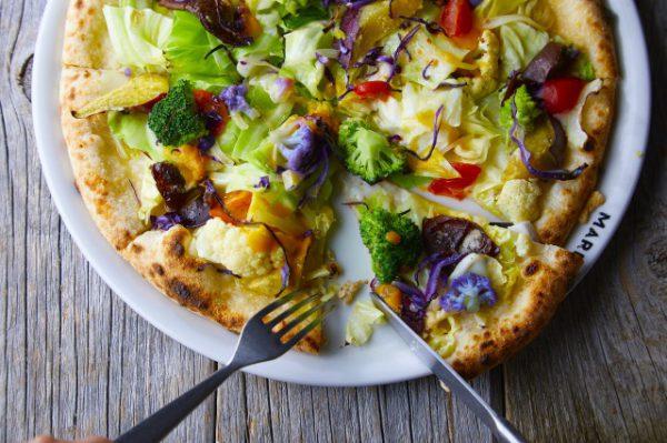 一足早く夏を感じられるオーシャンビューレストラン「MARINE &FARM」開放的なテラス席で地元の新鮮な食材を使用したお料理を