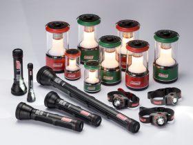 コールマン ジャパン株式会社(以下、コールマン)は、消灯中の過放電を防ぎ、電池を長持ちさせる画期的構造「バッテリーガード™️」を採用したLEDランタン、LEDフラッシュライト、LEDヘッドランプを2019年2月より発売しています。キャンプ用として活躍するのはもちろん、停電や災害時の備えとしてもオススメのアイテムです。電池を入れていたのにいざというときに使えない・・・ということなく安心して使用することができます。
