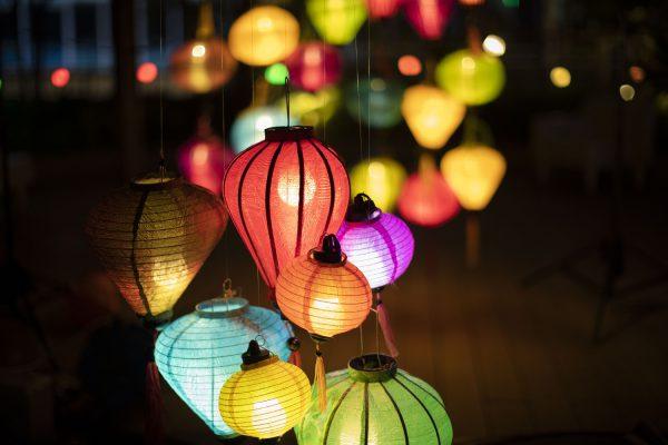 今年の夏休みは、夜が楽しい横浜へ。色とりどりのランタンが屋上庭園をライトアップ 横浜ベイクォーター「 ランタンナイト 」7月20日(土)~9月8日(日)毎夜17:00~点灯! 23:00までゆっくりおしゃべり「夜パフェ」も同時開催