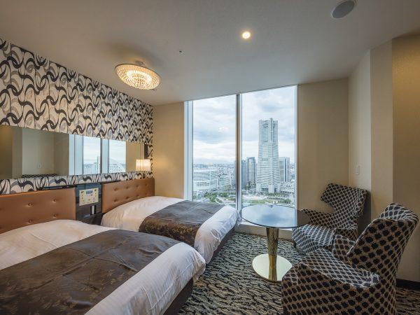 アパホテルネットワークとして全国最大の542ホテル90,333室 (建築・設計中、海外、FC、パートナーホテルを含む)を展開するアパホテル株式会社(本社:東京都港区赤坂3丁目2‐3 社長 元谷 芙美子)は、本日、ホテル単体の建物として日本最大客室数※2,311室を誇るアパホテル&リゾート〈横浜ベイタワー〉を開業し、開業披露式典を盛大に執り行った。また、地元の方を対象とした内覧会やフォトコンテストなど各種イベントを盛り込んだ開業フェスティバルを同時開催している。開業に先立ち、9月15日(日)には、抽選で1,000室(最大2,000名様)を無料招待し、試泊会を実施した。実施にあたり40,800件を超えるご応募をいただき、40.8倍の高倍率かつ無料試泊会として過去最高の応募件数となった。             アパホテルネットワークとして全国最大の542ホテル90,333室 (建築・設計中、海外、FC、パートナーホテルを含む)を展開するアパホテル株式会社(本社:東京都港区赤坂3丁目2‐3 社長 元谷 芙美子)は、本日、ホテル単体の建物として日本最大客室数※2,311室を誇るアパホテル&リゾート〈横浜ベイタワー〉を開業し、開業披露式典を盛大に執り行った。また、地元の方を対象とした内覧会やフォトコンテストなど各種イベントを盛り込んだ開業フェスティバルを同時開催している。開業に先立ち、9月15日(日)には、抽選で1,000室(最大2,000名様)を無料招待し、試泊会を実施した。実施にあたり40,800件を超えるご応募をいただき、40.8倍の高倍率かつ無料試泊会として過去最高の応募件数となった。