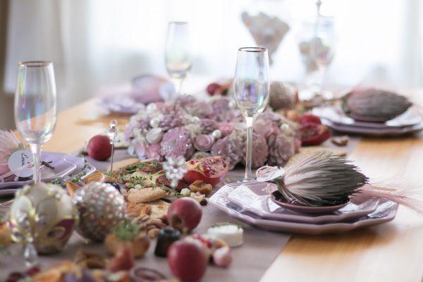 クリスマスや忘年会など家で集まることが多くなる12月。集まった時間をより素敵な時間にしていただくため、アニヴァーサリー・プランナーの泉谷麻貴さんにおすすめのホームパーティープランを教えて頂きました。 また、インテリアショップ『Francfranc』では、テーブルコーディネートを簡単に華やかにできる新作の「ペーパー マルチマット」を発売中。ひと手間でおしゃれに見える活用術をご紹介します。