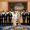 """2019年10月25日(金)今秋リニューアルオープンされたオークラ東京にて、 記念すべき""""第10回シャンパーニュ騎士団 叙任式""""が執り行われ、夏美れいさんがシュヴァリエに叙任されました。 本年のGRAND CHAPITRE DE TOKYOでは、アペリティフとディナーにて、シャンパーニュ騎士団を代表する20社のメゾンによるプレステージュキュヴェが 華やかに振舞われ、晩餐会では約450名のシャンパーニュ愛好家の方々が集まり盛大な宴が行われました。    【写真提供:シャンパーニュ騎士団 日本支部】"""