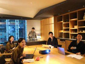 日本旅館「星のや東京」は、2020年3月30日~6月30日の期間限定で、家族や友人でのちょっとした集まりや、対面でのミーティングで仕事の効率や集中力を高めるのに最適な「小さな日本旅館を気軽に貸切りプラン」を販売します。星のや東京は、1フロア、6室のみで構成される小さな日本旅館が塔状に重なり合うような「塔の日本旅館」です。各階の中心にはお客様の居間として、客室から畳続きで、24時間自由に行き来できる「お茶の間ラウンジ」を設えています。小さな日本旅館で、気心知れた仲間に会って語らい、温泉に入って、食事を楽しみ、心からくつろぐ。または、お仕事仲間とのリフレッシュを目的に、仕事環境をがらりと変えてみてはいかがでしょうか。家族や友人、仲間での小さな集いに、大手町駅直結の日本旅館での新しい過ごし方を提案します。