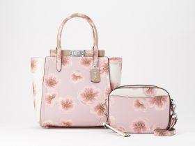 """コーチ """"Sakura"""" コレクション 2月28日(金)日本限定発売 コーチ 2020年2月28日 18時57分 ツイート はてな 素材DL ・・・ その他 メール Slack トークノート コーチは、2020年2月28日(金)に日本限定 """"Sakura"""" コレクションを発売しました。 世界的にも日本の春の風物詩として知られる桜の花のピンクを基調としたバッグコレクションです。クリエイティブ・ディレクターのスチュアート・ヴィヴァースがこだわった今年の """"Sakura"""" は、大きく咲き誇る桜の花がピンクのグラデーションで大胆にプリントされ、エンボス加工によって表情が加えられました。 今年は、Troupe(トループ)、Hadley(ハドリー)、Camera Bag(カメラ バッグ)、といったイットバッグと、コーチアーカイブシルエットのバケットが登場し、桜柄の巾着袋が入ったピンクのカゴバッグは見ているだけで心が躍ります。 この春、日本でしか購入できないスペシャルな """"Sakura"""" コレクションをぜひストアで実際にご覧になってください。"""