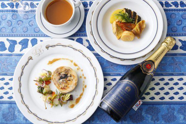 """ホテルニューグランド 「オリジナルラベル シャンパン」 販売開始のご案内 ホテルニューグランド(横浜市中区山下町 10 番地/常務取締役総支配人 青木宏一郎)では、日本国内では 当ホテルのみで提供をしているマンサール社のシャンパン プルミエクリュの「オリジナルラベル シャンパン」を 2020 年 6 月 1 日(月)より販売します。ホテルカラーであるニューグランドブルーを基調とした高級感ある ラベルには、港町横浜を象徴する国際信号旗の UW 旗を飾りました。150 年以上の歴史を誇るマンサール社の 高いクオリティで造られたプルミエクリュは、果実味と酸味のバランスが良く、フレッシュでありながらも滑らかで 調和の取れたリッチで上質な味わいです。コンセプトは""""Bon Voyage""""(よい旅を)、人生の節目を祝うお食事や 入学、就職、ご結婚など、新たな門出にぴったりのシャンパンは大切な方への贈り物としてもおすすめです。"""