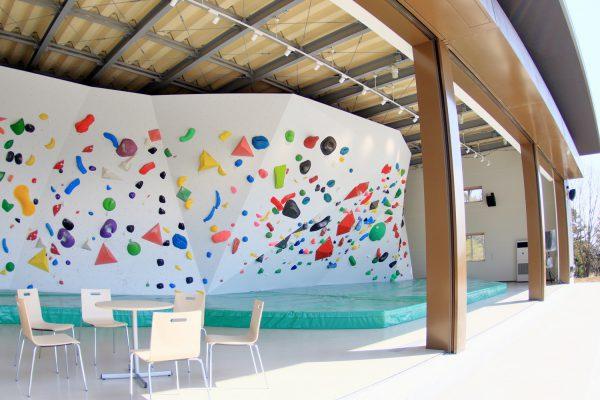 はだの丹沢クライミングパークの概要 はだの丹沢クライミングパークは、表丹沢の玄関口、水無川河畔の神奈川県立秦野戸川公園内に新築された秦野市営のボルダリング施設です。 隣接する神奈川県立山岳スポーツセンターには、リード、スピード施設もあり、県立公園内でスポーツクライミング競技の3種目を楽しむことができます。