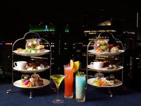 """""""夜の女子会""""は贅沢ハイティーセットで決まり!フリーフロー付きが嬉しい『#Gatherings』スカイラウンジ「ベイ・ビュー」 横浜ベイシェラトンホテル & タワーズ2020年8月19日 14時00分 ツイート はてな 素材DL ・・・ その他 メール Slack Talknote close  横浜ベイシェラトン ホテル&タワーズは、ホテル最上階に位置するスカイラウンジ「ベイ・ビュー」にて平日限定のフリーフロー付き、夜のハイティーセット「#Gatherings」を2020年7月1日(水)より販売しております。洗練されたフランス料理と華やかなカクテルがフリーフローで楽しめる人気の商品を、今年はお1人様ずつスタンドでご用意する豪華なスタイルで、且つ衛生に配慮したおもてなしでご提供いたします。"""