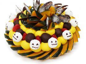 秋の素材を詰め込んだ!カフェコムサ「ハロウィン限定ケーキ」 カフェコムサ 2020-09-28 13:30 カフェコムサは、日本全国の産地、農園の厳選した旬の美味しいフルーツを使用して、日本の四季を感じられるアート感覚溢れるケーキを提案しています。10月1日(木)~10月31日(土)の期間、旬のフルーツを華やかに飾りつけたハロウィン限定ケーキを展開します。 ○ハロウィンスカル~かぼちゃとマシュマロのケーキ~ ベース:マスカルポーネ ホクホクとしたかぼちゃをふんだんに使用し、マシュマロのハロウィンスカルを飾りました。コクのあるかぼちゃクリームとともに楽しめます。 プライス:880円(税込)/1ピース *池袋東武店・船橋東武店ではデザイン違いで「ジャックオーランタン ~かぼちゃのティラミス~」を展開します。プライス:900円(税込)/1ピース ○ハロウィンゴーストタウン~チョコバナナと紫芋クリームのケーキ~ ベース:カスタードクリーム しっとりとして甘みの強いバナナと、色鮮やかな紫芋クリームを合わせ、コウモリのクッキーとチョコレートでゴーストタウンをイメージして飾りつけました。カスタードクリームのベースとともに楽しめます。 プライス:880円(税込)/1ピース *銀座店での展開はありません。 *フルーツの入荷状況により、使用品種や価格、デザインが異なります。 *渋谷西武店・本川越ペペ店・高崎オーパ店ではデザイン違いで1ピース各700円(税込)で販売します。 〈カフェコムサについて〉 日本全国の産地や農園の厳選した旬のフルーツを、ふんだんに飾り付けたケーキを提供しています。その日お店でカットした、みずみずしく新鮮なフルーツを使用し、フルーツ本来の甘さ・美味しさが引き立つように、クリームは砂糖の量を抑えています。フルーツの旬と共に、ケーキを通じて日本の四季や行事を感じることができる、アート感覚溢れるケーキをつくっています。http://www.cafe-commeca.co.jp/ GENRE:グルメ TAG:いちじく カフェコムサ ケーキ ショートケーキ ショートケーキの日 スイーツ タルト チーズケーキ デザート りんご 銀座 画像一覧 カフェコムサのニュース カフェコムサ初!「ショートケーキフェア」開催 カフェコムサ 2020-09-17 17:10 カフェコムサは毎月22日がショートケーキの日!9月はりんごのバラを美しく飾った「アップルローズのモンブランショートケーキ」 カフェコムサ 2020-09-15 12:40 9月23日はぶどうの日!カフェコムサ33店舗それぞれの個性溢れる限定ケーキ発売 カフェコムサ 2020-09-10 15:40