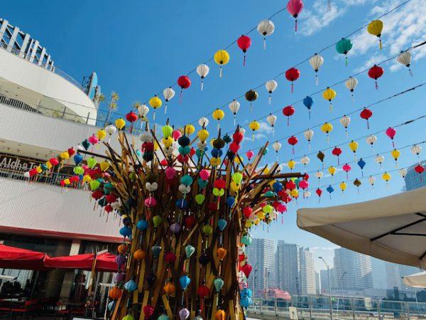横浜ベイクォーターランタンナイト 期間:1月18日(月)~3月21日(日)点灯16:00~20:00  場所:3Fメイン広場 (1月7日(木)更新) ※緊急事態宣言を受け、開催時間を変更いたしました -------------------------------------------- 2019年夏に開催した人気企画「ランタンナイト」が帰ってきます。 今年は3Fメイン広場に約4.5mのランタンツリーが登場。400個を超えるランタンが夜空に煌めき幻想的な空間を演出します。是非、色とりどりの灯りに包まれる特別なひと時をお過ごしください。 ■ランタンナイト 期間:1月18日(月)~3月21日(日) 点灯:16:00~20:00 場所:3Fメイン広場
