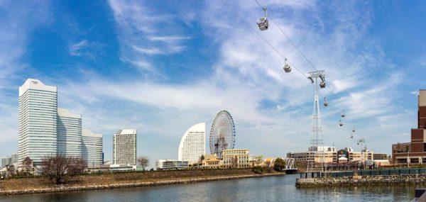 日本初の常設都市型ロープウェイ 「YOKOHAMA AIR CABIN」令和3年4月22日運行開始! 横浜市2021年1月15日 14時16分 ツイート はてな 素材DL ・・・ その他 メール Slack Talknote close 横浜都心臨海部において、移動自体が楽しく感じられるような多彩な交通サービスの充実に向け、平成29年度に横浜市が民間公募を実施した「まちを楽しむ多彩な交通の充実」において提案のあった、桜木町駅前と新港ふ頭とを結ぶ日本初の常設都市型ロープウェイ「YOKOHAMA AIR CABIN」が、令和3年4月22日に運行を開始します。