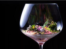 春を味わうスペシャルコース「さくらランチ」 ブラッスリーでは、芽吹きの春にふさわしい桜をテーマにしたプレミアムなランチコース「さくらランチ」をご用意いたしました。前菜からデザートまで、料理長古賀隆稚の技とセンスが光る、色鮮やかなお料理が並びます。 なかでも、古賀のスペシャリテである前菜の「テラリウム」は、館内の日本庭園「積翠園」や京都の美しい四季折々の自然美をグラスの中で表現した、古賀のクリエイティビティが溢れるアートのようなお料理です。 今回の「さくらランチ」では、積翠園の舞い散る桜をイメージし、軽く燻製した桜鱒のタルタルに春野菜のジュレと滑らかなムースを合わせ、色鮮やかに仕上げました。桜風味のクランブルやフェンネルの香り、苔や岩に見立てたスポンジやムースなど異なる食感の素材を組み合わせなど、五感が刺激される一品です。 春の食材を一つひとつ厳選し、旨みと香りを引き出した味わいを目と舌で存分にご満喫ください。