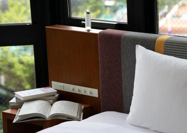 【ホテル エディット 横濱】あなたのために選んだ本と過ごせる「選書付宿泊プラン」を販売開始 UDS Hotels2021年6月10日 09時50分 ツイート はてな 素材DL ・・・ その他 メール Slack Talknote close 横浜・桜木町の、自分らしい旅を編集するホテル「ホテル エディット 横濱」では、地域の書店の協力のもと、お客さまにぴったりの本をセレクトしてお迎えする「選書付き宿泊プラン」を6月10日(木)より展開開始します。 自分では選ばないかもしれない、けれどなぜかしっくりくる。そんな思いがけない本との出会いのある滞在をお届けします。