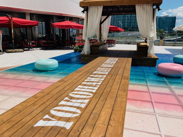 """カリブ海の""""幻の砂浜""""が横浜ベイクォーターに出現!? 輝く水面や桃色の砂浜で思い出の1枚を撮影したり、 ライトアップした夕暮れの海辺でまどろんだりと 今夏限定のリゾート気分を堪能しませんか? ■PINK SAND BEACH 期間:7月16日(金)~8月31日(火) ※ライトアップは17:00から"""