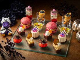 コンラッド東京、9月1日より恒例のハロウィン・アフタヌーンティーを開催 今年はホテルのコンセプト、和モダンをスイーツにアレンジした「フレイバー・オブ・ジャパン」がテーマ。国産の食材と和の要素を取り入れたコンテンポラリーなハロウィンスイーツを提供 コンラッド東京2021年8月4日 11時07分 ツイート はてな 素材DL ・・・ その他 メール Slack Talknote close コンラッド東京(東京都港区、総支配人ニール・マッキネス)は、9月1日(水)よりバー&ラウンジ「トゥエンティエイト」にて、毎年待ちわびるファンも多いハロウィン・アフタヌーンティーを開催します。今年は「フレイバー・オブ・ジャパン」と題し、コンラッド東京のコンセプトである和モダンをスイーツにアレンジ。国産の食材をはじめ和の要素を取り入れた珠玉のスイーツ5種とセイボリー3種が可憐さを秘めたシックな世界観の中に並びます。