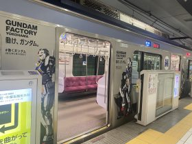 【みなとみらい線】GUNDAM FACTORY YOKOHAMA (ガンダム ファクトリー ヨコハマ)ラッピングトレインを 運行! 2021年7月25日(日)~2022年3月 みなとみらい線は、山下ふ頭(元町・中華街駅最寄り)で開催されている「GUNDAM FACTORY YOKOHAMA(ガンダム ファクトリー ヨコハマ)」のラッピングトレインを7月25日から運行しています。