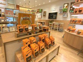 装い新たに 2021年10月15日(金)「PIETRO A DAY SOUP SHOP & CAFÉ 横浜ベイクォーター店」リニューアルオープン! 旗艦店として、販売好調な冷凍商品の取り扱いも開始。よりお買い物しやすい店舗のレイアウトに。 株式会社ピエトロ2021年10月14日 19時30分 ツイート はてな 素材DL ・・・ その他 メール Slack Talknote close 株式会社ピエトロ(本社:福岡市中央区、代表取締役社長:高橋泰行)は、2021年10月15日(金)に、横浜駅東口のショッピングモール「横浜ベイクォーター」(運営:横浜ダイヤビルマネジメント株式会社)にある、スープ専門店「PIETRO A DAY SOUP SHOP & CAFÉ 横浜ベイクォーター店」をリニューアルオープンいたします。